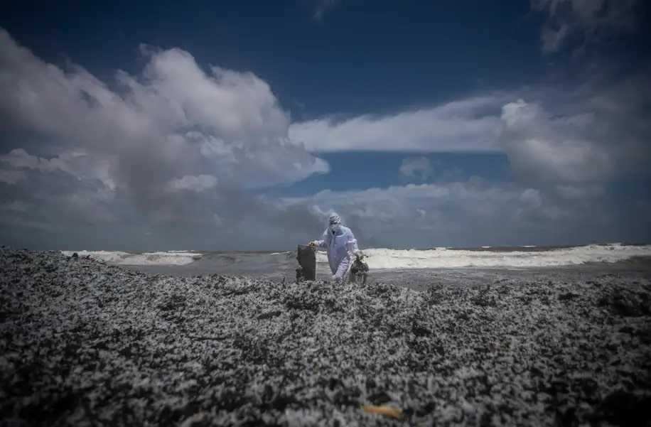 L'incendie d'un navire répand de la « neige plastique » au large des côtes du Sri Lanka
