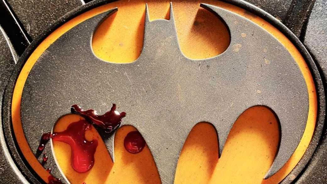 Premier teaser du costume Batman de Michael Keaton dans The Flash : Bloody symbol