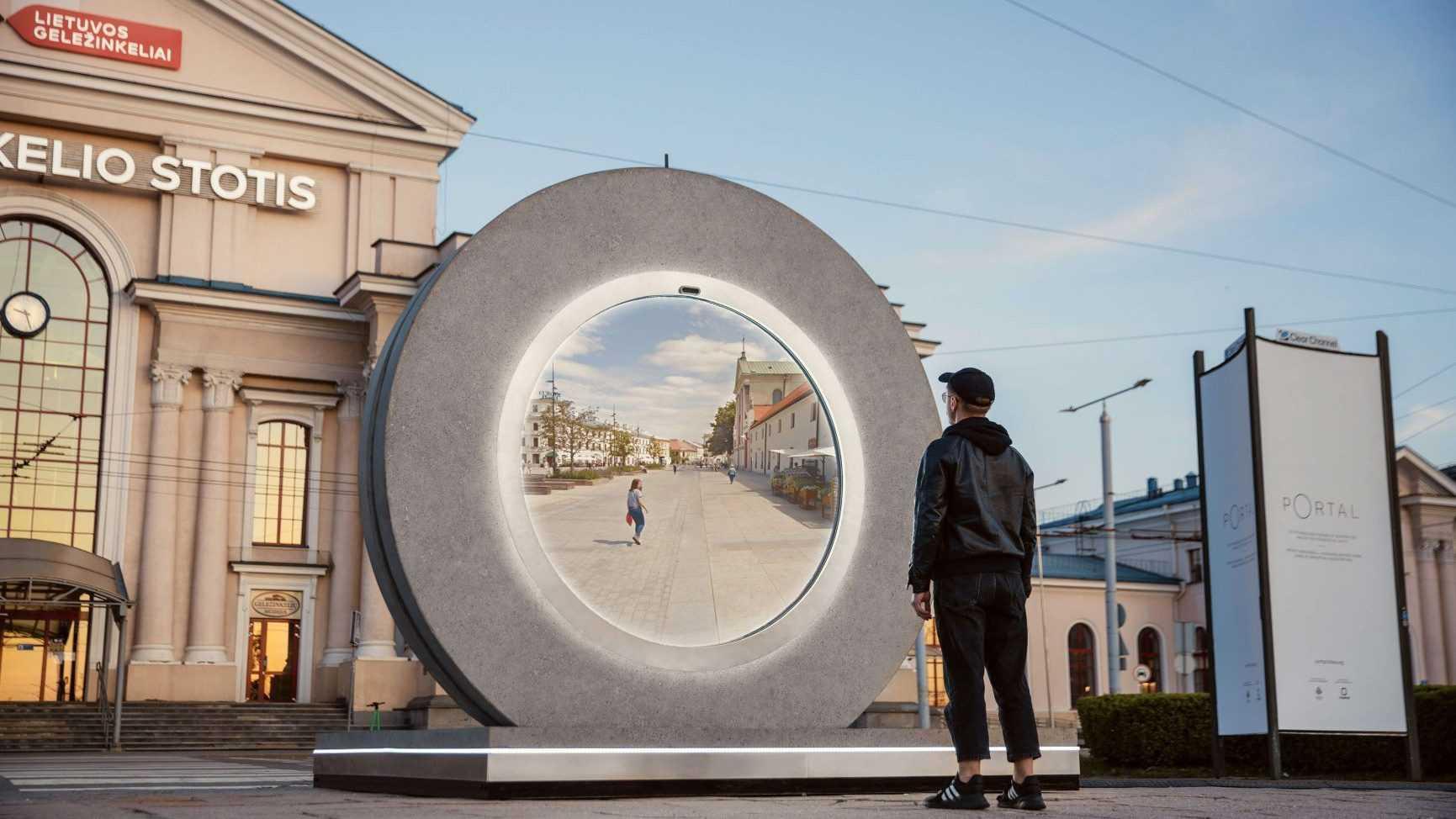 Ces deux portails vidéo géants relient deux villes européennes et semblent sortir de Stargate