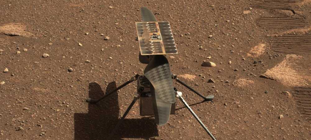 Foto do helicóptero Ingenuity na superfície de Marte, feita pelo rover Perseverance