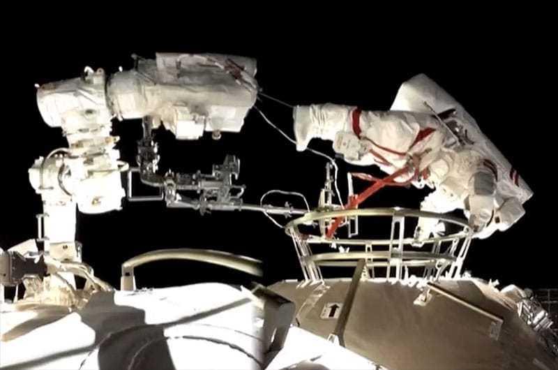 Des astronautes installent des outils en marchant à l'extérieur de la station spatiale chinoise