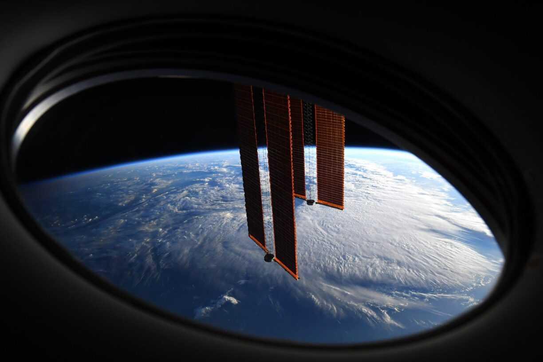 Les Cosmonautes Toujours à La Recherche D'une Fuite Sur La